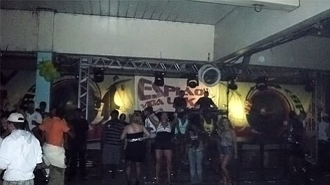 Girls dance at a baile. The one in the foreground is performing the most common funk dance move by sticking her butt out and shaking it repeatedly.