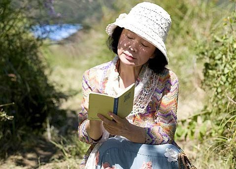 Jeong-hie Yun plays Mija, who takes on tough life situations while beginning to write poetry.