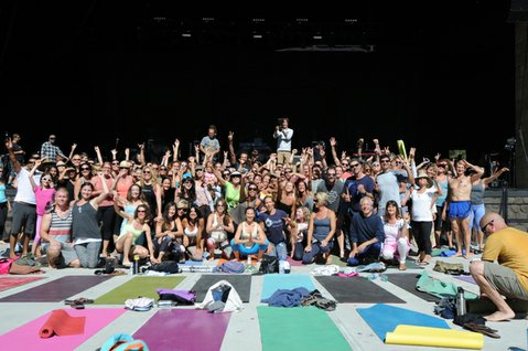 Michael Franti comes out in the crowd for a group photo after the yoga session (June 19, 2014)