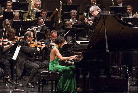 <b>JAZZ HANDS:</b> The London Symphony Orchestra, with maestro Michael Tilson Thomas (standing) and soloist Yuja Wang (center) delivered a stunning rendition of George Gershwin's <i>Piano Concerto</i> last Wednesday night at the Granada.