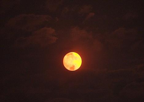 The Zaca Fire's thick smoke provides a stunning moon rise. (July 28, 2007)