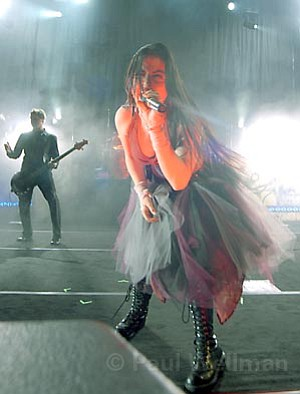 Evanescence frontwoman Amy Lee stole the show at Sunday's season-closing concert at the Santa Barbara Bowl.