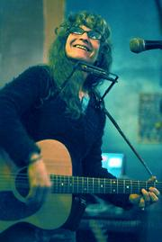 Avant-garde songstress turned folk icon Kath Bloom took to Muddy Waters last Thursday night with a motley crew of friends and fellow musicians.