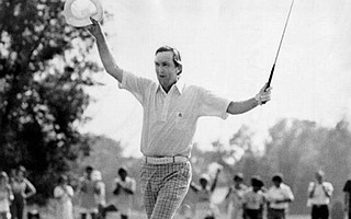 Al Geiberger raised his arms after sinking an eight-foot birdie putt on the last hole of his record-breaking round in 1977.