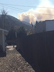 Photo of smoke from the Drum Fire seen from Bob's Well Bread in Los Alamos