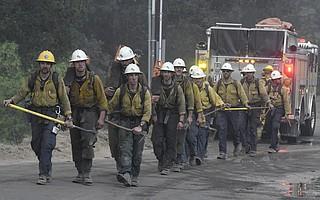 Bomberos del Condado de Santa Bárbara obran en Incendio Tomás el sábado. (16 Diciembre 2017)